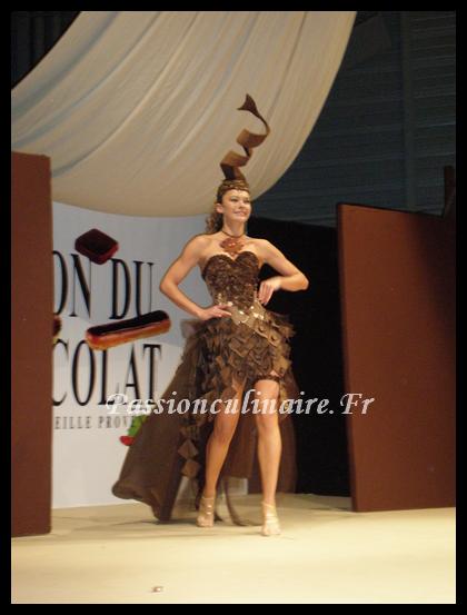 Le c l bre d fil des robes en chocolat - Salon du chocolat a marseille ...